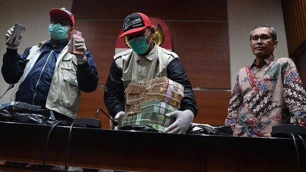 KPK menunjukkan barang bukti OTT Bupati Cirebon, di Jakarta, Kamis (25/10/2018).