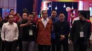 Deretan Gaya Jokowi Pamer Jaket hingga Sepatu Lokal