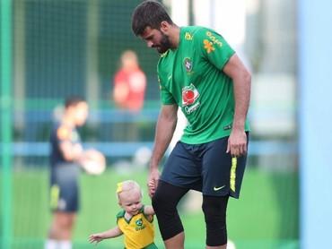 Pemain nasional Brazil ini cukup sering mengajak Helena bermain di lapangan. Hi-hi, nggemesin banget ya Helena. (Foto: Instagram/allisonbecker)