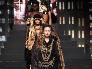 Foto: Gaya Seksi Para Top Model Dunia di Fashion Show Moschino x H&M