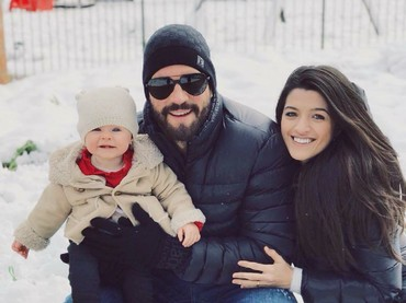 Walau sibuk tanding dan latihan, Alisson Becker selalu punya waktu buat keluarga kecilnya. (Foto: Instagram/allisonbecker)