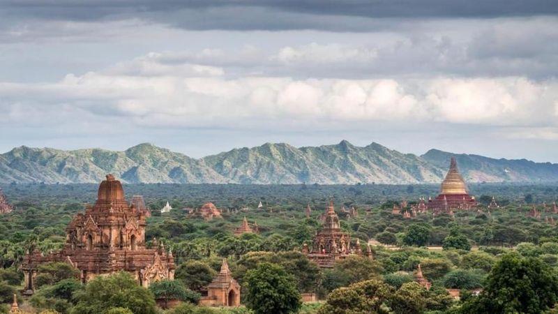 Nama negaranya adalah Myanmar yang begitu menyakralkan emas. Dapat ditemui dalam segala hal, mulai dari obat tradisional hingga krim wajah, dan kadang bahkan ditambahkan ke minuman atau makanan (Vivien Cumming/BBC Travel)
