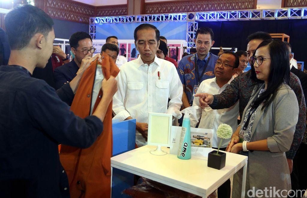 Sebelum membuka pameran tersebut, Jokowi menyempatkan diri untuk meninjau beberapa booth yang dilewatinya.