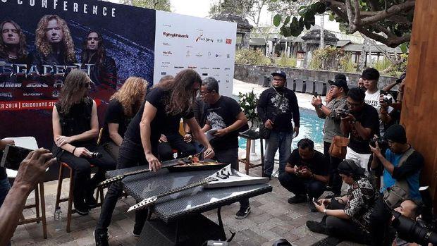 Megadeth Lelang 2 Gitar Untuk Sumbang Korban Gempa Sulteng