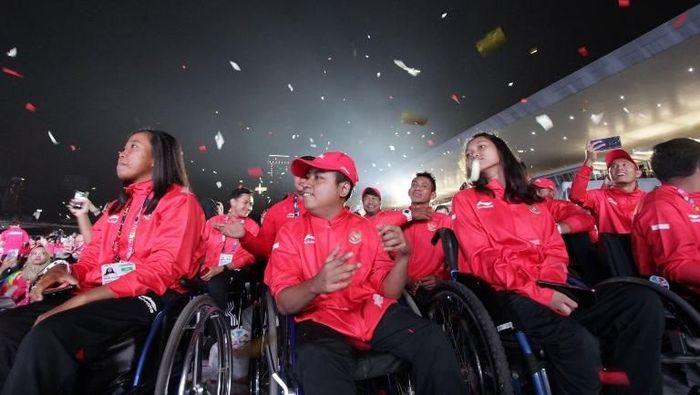 Kontingen Indonesia di penutupan Asian Para Games 2018. (Arief Bagus/AFP)