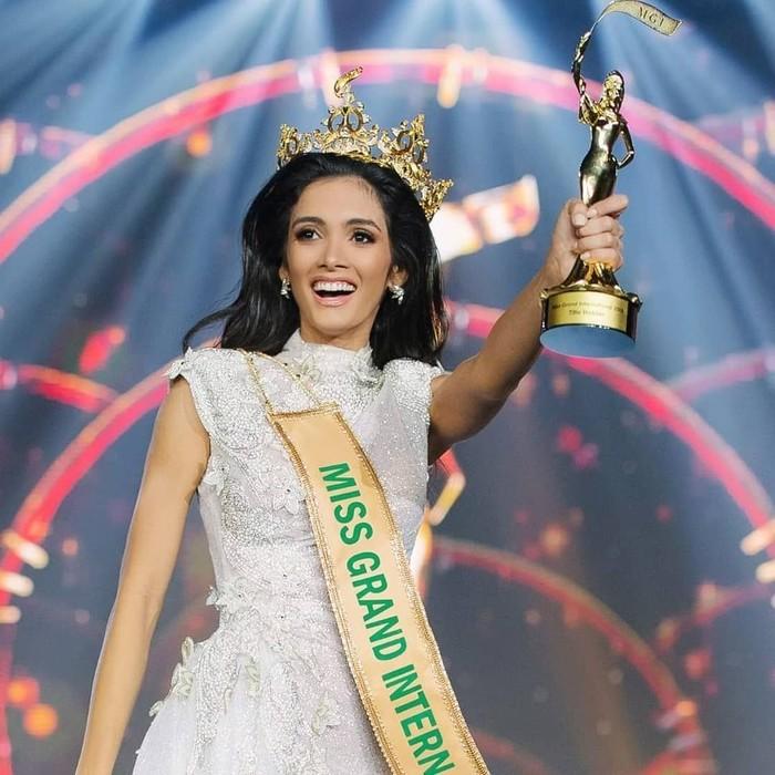 Juara Miss Grand International 2018 Clara Sosa langsung jatuh pingsan. Foto: Instagram @_clarasosa