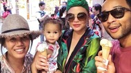 Wow! Chrissy Teigen Borong 2.000 Saus Tomat Kemasan untuk Anaknya
