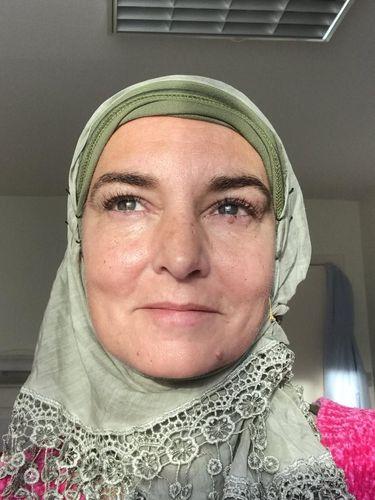 Penyanyi Sinead O'Connor Masuk Islam, Gaya Hijabnya Bikin Pangling