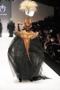 Karya Rinaldy A. Yunardi di Jakarta Fashion Week.