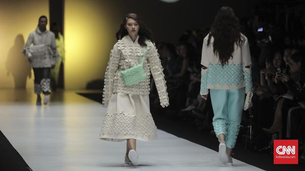 Model memeragakan busana koleksi BYO yang bertajuk Heroes pada Dewi Fashion Knights.