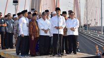 Pose Satu Jari di Suramadu Disoal, Jokowi: Jangan Dibalik-balik!