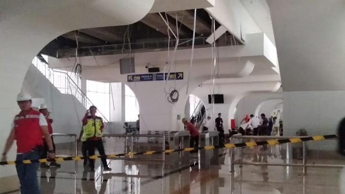 Plafon stasiun LRT Palembang ambrol karena terjadinya hujan deras dan angin kencang (Foto: Istimewa)