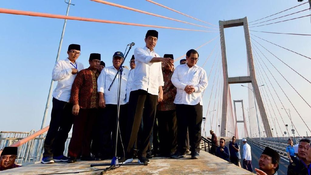 Di Atas Truk, Jokowi Gratiskan Jembatan Suramadu