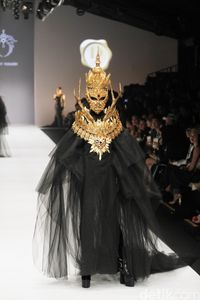 'Wajah' Spektakuler Rinaldy A. Yunardi Tutup Jakarta Fashion Week 2019