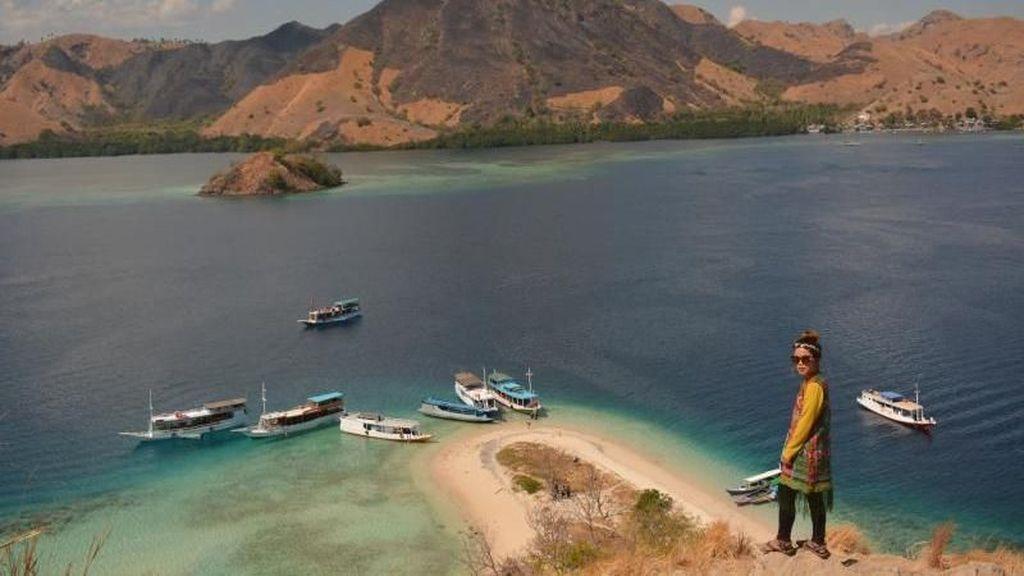 Rela Trekking Demi View di Pulau Cantik Labuan Bajo Ini