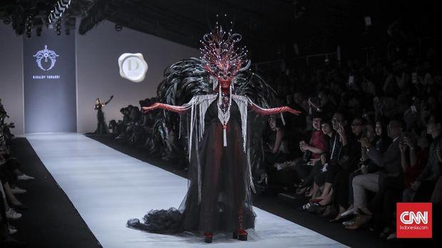 Model memeragakan headpiece rancangan Rinaldy Yunardi bertajuk Heroes pada Dewi Fashion Knights.
