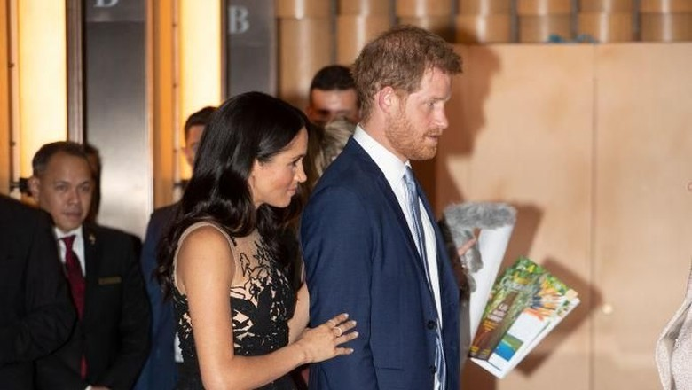 Meghan Markle berdiri di belakang Pangeran Harry (Foto: Paul Edwards - Pool/Getty Images)