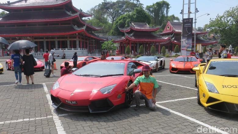 Warga berpose dengan mobil Lamborghini (Foto: Luthfi Anshori)