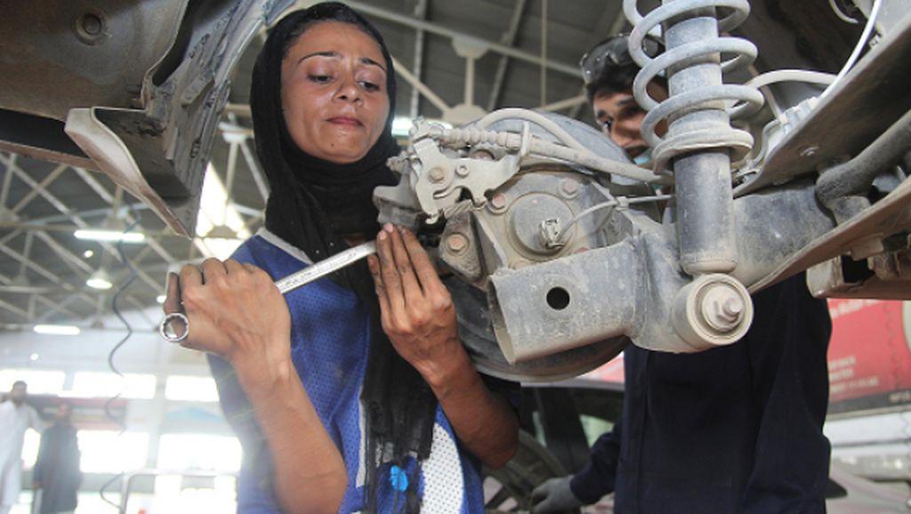 Potret Mekanik Bengkel Wanita Pertama Pakistan yang Dobrak Budaya Patriarki