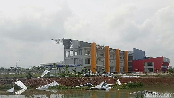 Venue Jakabaring yang porak-poranda usai dihantam badai (Raja-detikcom)