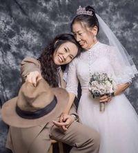 Ada Kisah Haru di Balik Wanita Pakai Jas Bikin Foto Pernikahan dengan Ibu