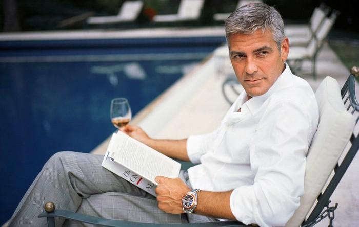 Punya nama lengkap George Timothy Clooney, aktor yang satu ini sudah aktif sejak tahun 1978 di Hollywood. Ini salah satu posenya ketika tengah bersantai dengan segelas champagne, di depan kolam renang. Foto: Istimewa