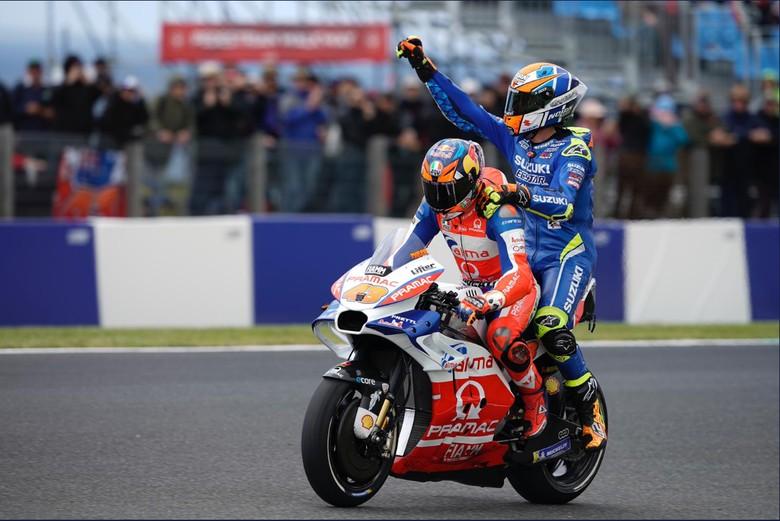 Alex Rins Nebeng Motor Balap Jack Miller. Foto: Twitter Alma Pramac Racing MotoGP