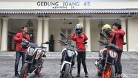Petualangan merayakan Sumpah Pemuda di bawah bendera detikcom yang berkerja sama dengan produsen motor asal Austria, KTM, yaitu Road Warriors dimulai. Road Warriors akan mampir ke museum-museum bersejarah dari Jakarta sampai Surabaya. Foto: Pradita Utama