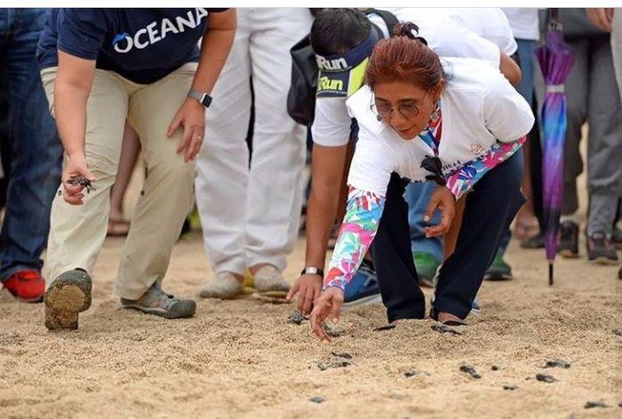 Pagi ini, Menteri Kelautan dan Perikanan Susi Pudjiastuti membuka acara beach clean up di Pantai Kuta, Bali, bersama Menteri Luar Negeri Retno Marsudi. Istimewa/Instagram.
