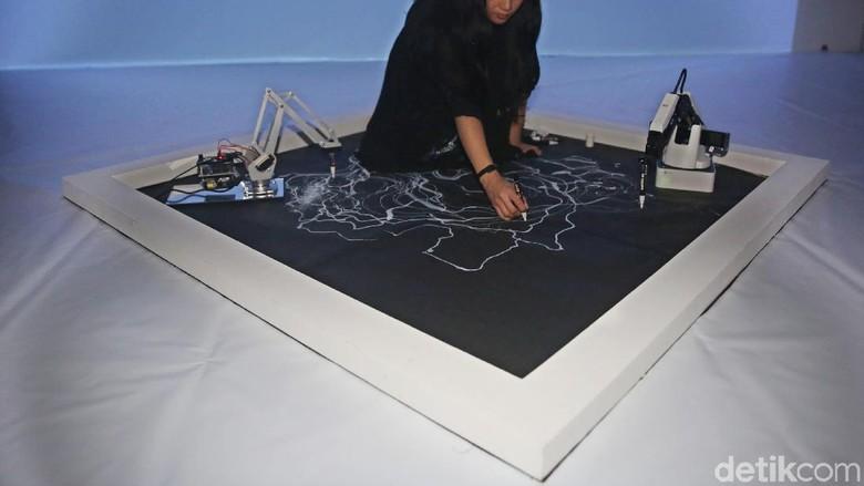Seniman Ini Kolaborasikan Seni dan Tangan Robot