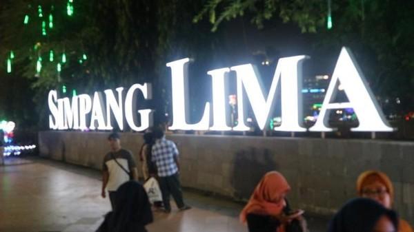 Simpang Lima Semarang memiliki suasana malam yang cukup menarik untuk wisatawan. Mulai dari lampu-lampu cantik yang menghiasi hingga berbagai jajanan khas Semarang. (Nfadils/dTraveler)