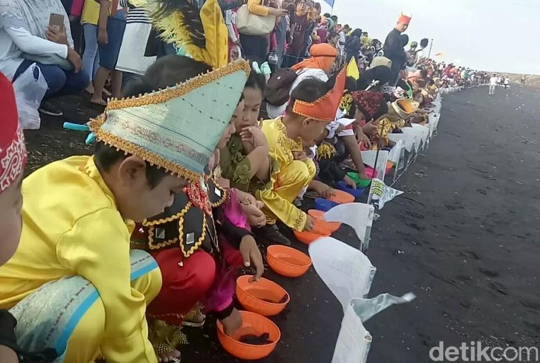 Lucunya Tingkah Anak-anak Banyuwangi Lepas Tukik di Hari Sumpah Pemuda