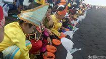 Berpakaian Adat, Ratusan Anak-anak Antusias Lepas Tukik