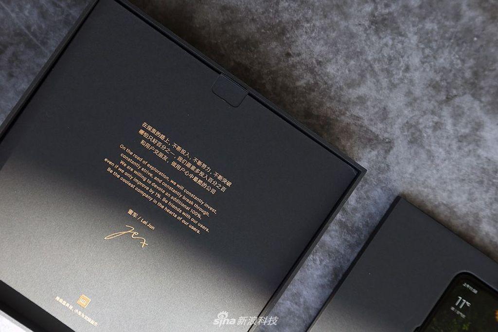 Sepetti generasi sebelumnya, saat membuka kotak kemasan Mi Mix 3, akan ada surat khusus dari bos Xiaomi Lei Jun. Foto: Sina Mobile