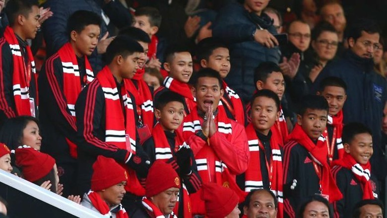 Tim Sepakbola Remaja Gua Thailand Nonton MU di Old Traffford