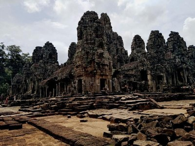 Candi Kamboja Ini Punya 200 Relief yang Tersenyum