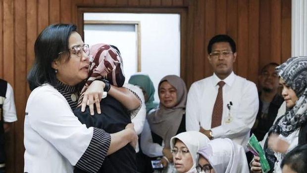 Tangis Menteri Keuangan Sri Mulyani pecah saat menemui keluarga korban Lion Air JT 610