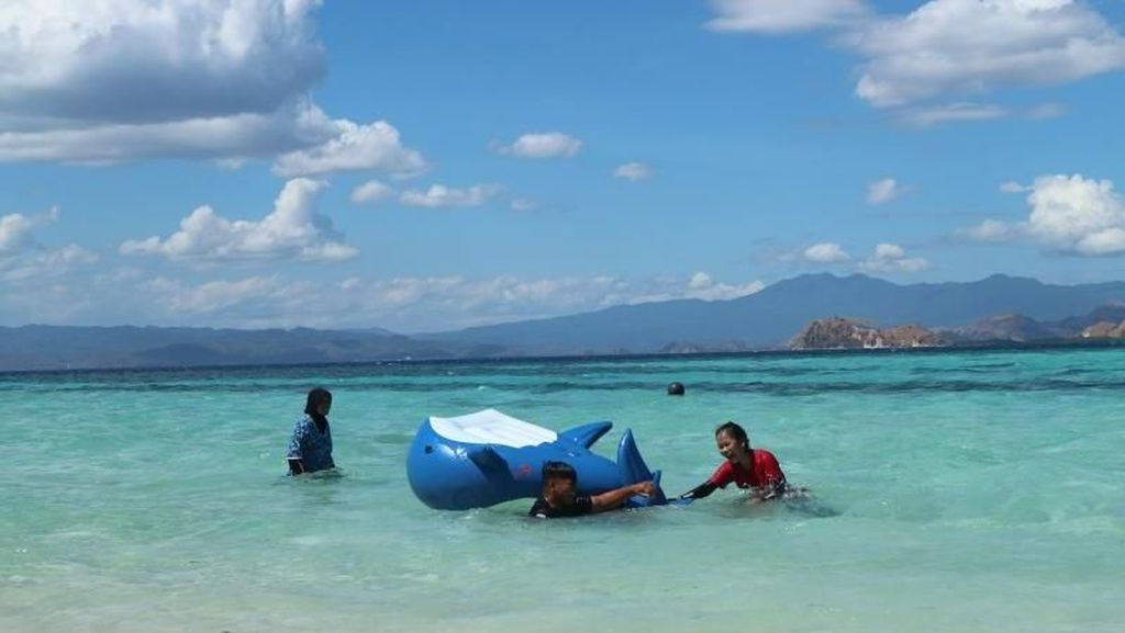 Main Air di Pulau Kanawa Tak Pernah Seasyik Ini