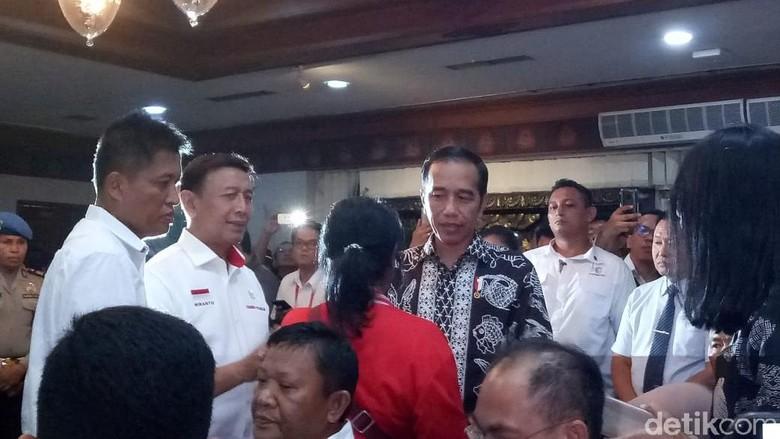 Saat Jokowi Berbincang dengan Keluarga Para Korban Lion Air