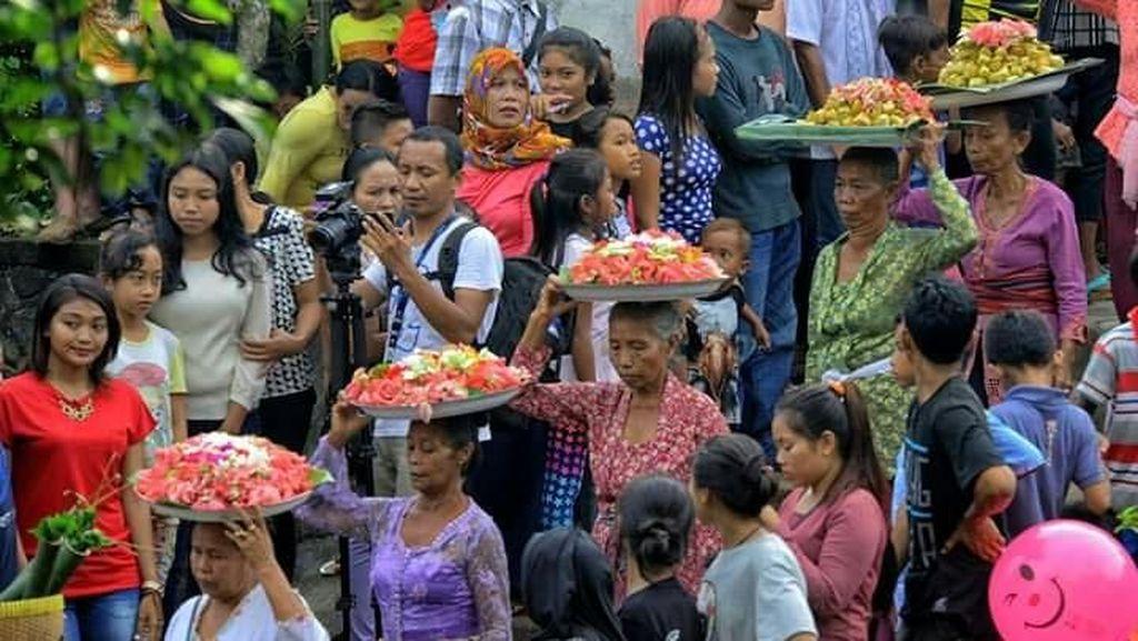 Foto: Perang Pakai Ketupat di Lombok