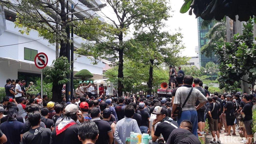 Driver transportasi online terdiri dari Grab Bike dan Grab Car kembali melakukan aksi demo di depan kantor Grab yang bertempat di Gedung Lippo Kuningan, Rasuna Said, Jakarta, pada hari ini, Senin (29/10/2018). (Foto: detikINET/Virgina Maulita Putri)