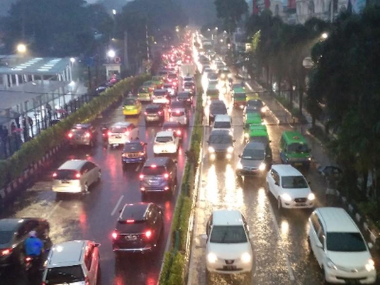 Ilustrasi berkendara saat hujan. Foto: detik