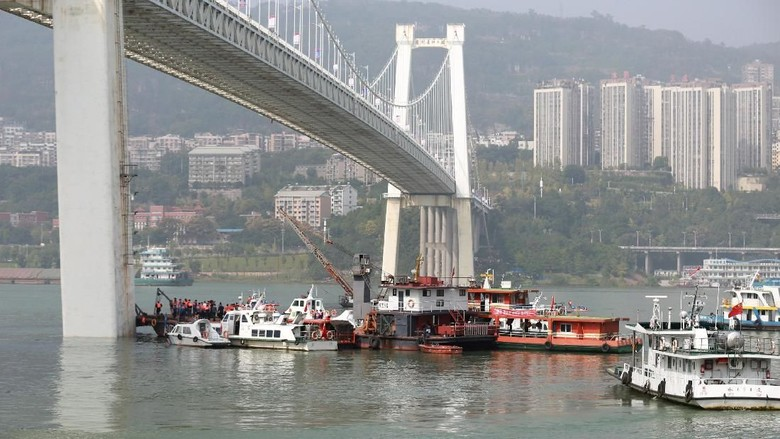 Adu Jotos Sopir-Penumpang Picu Jatuhnya Bus ke Sungai China
