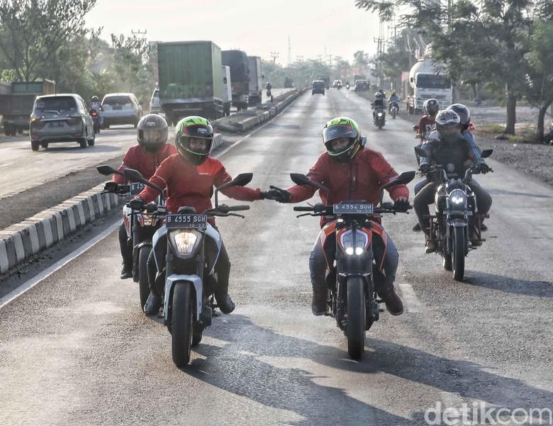 Riders Road Warriors KTM melintas di Jalan Pantura Karawang-Indramayu. Foto: Pradita Utama