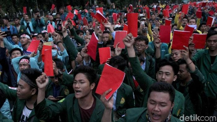 Ratusan mahasiswa yang tergabung dalam BEM se-Indonesia menggelar aksi demo. Aksi itu merupakan ungkapan kekecewaan mahasiswa terkait kinerja Jokowi-JK.