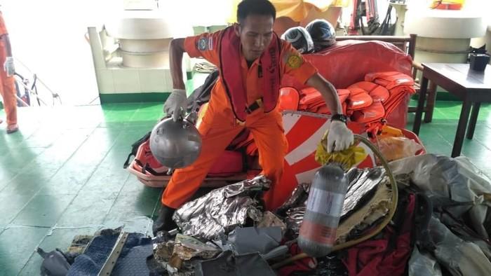 Tim Basarnas melakukan evakuasi ke lokasi jatuhnya pesawat Lion Air JT 610 rute Jakarta-Pangkal Pinang. Pesawat itu diketahui jatuh di sekitar perairan Laut Karawang. (Foto: Dok. Basarnas)