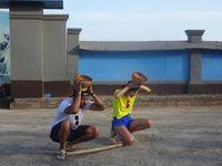 Rio dan Patricia bersiap menangkap bola dengan keranjang.