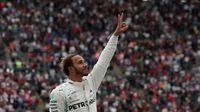 Hamilton Kembali Ngebut dengan Motor Superbike...dan Jatuh
