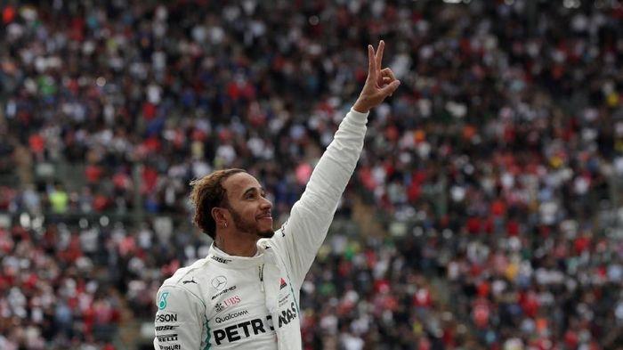 Lewis Hamilton kembali menjajal motor Superbike. (Foto: Henry Romero/Reuters)