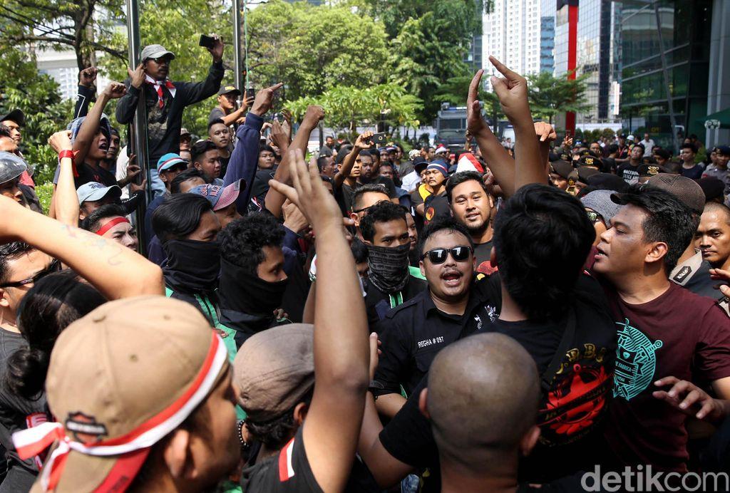 Sejumlah driver transportasi online ojek dan taksi online Grab berkumpul untuk melakukan demo di depan kantor Grab di Gedung Lippo Kuningan, Jakarta, Senin (29/10/2018).
